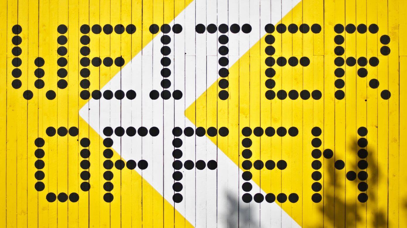"""gelbe Wand mit Beschriftung """"weiter offen"""""""
