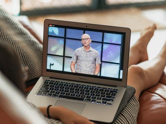 Livestreams bringen Dein Event zu deinen Gästen auf's Sofa und sind gleichzeitig Social-Distancing-freundlich