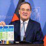 NRW-Ministerpräsident hält den Stufenplan für Öffnungen hoch und spricht bei der Pressekonferenz zu den neuen Beschlüssen