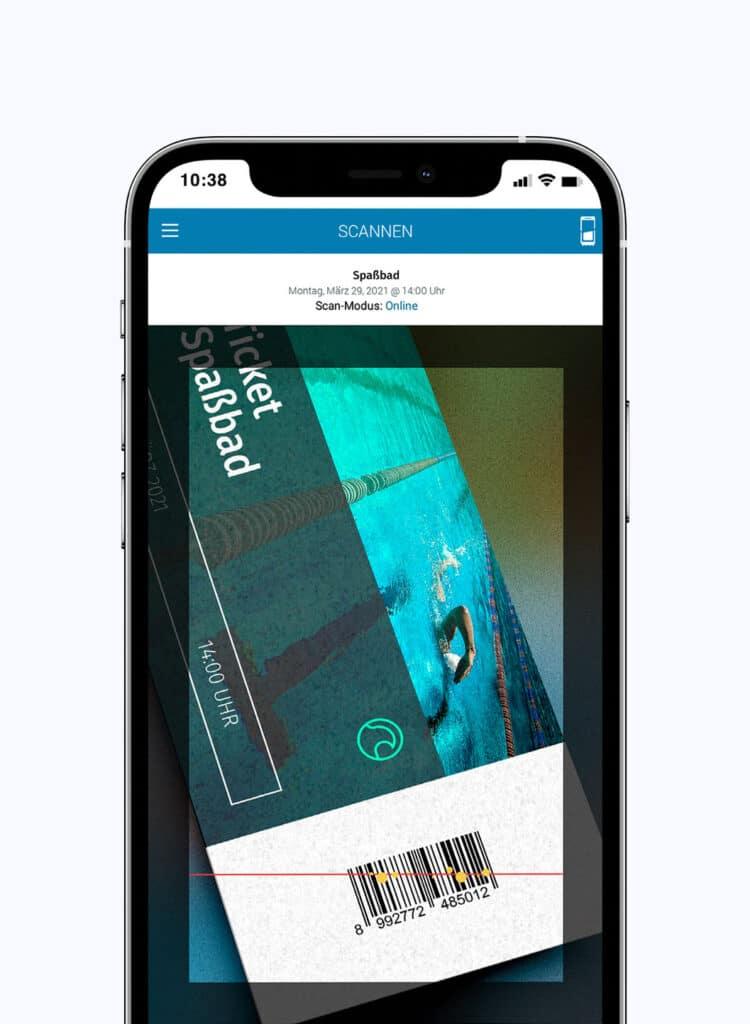 Smartphone mit der Ticketscan-Funktion in der App von egocentric Systems
