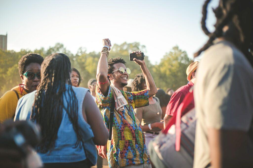 Menschenmenge tanzt auf einer Open-Air-Veranstaltung ausgelassen - möglich dank sinkender Inzidenzen und Event Ticketing